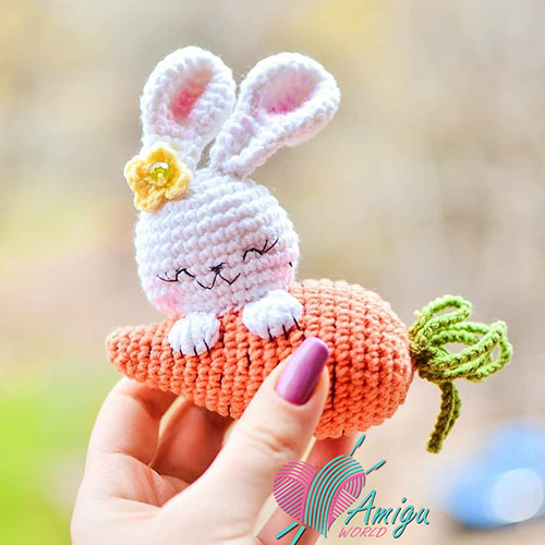 Rabbit hugs carrot amigurumi crochet